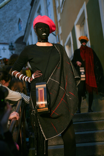model wearing an intarsia bag of black and brown colours