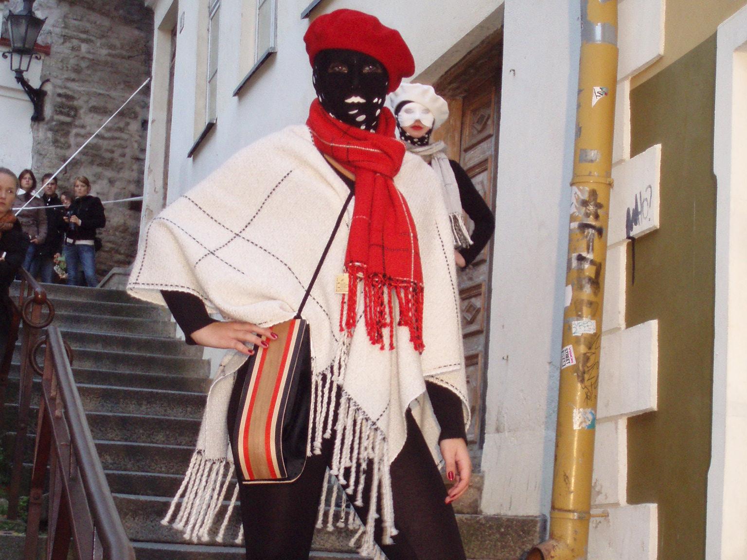 modell kandmas pontšot, beretti, sukkmaski ja salli, koos valge-pruun-punase puidust instarsiakotiga