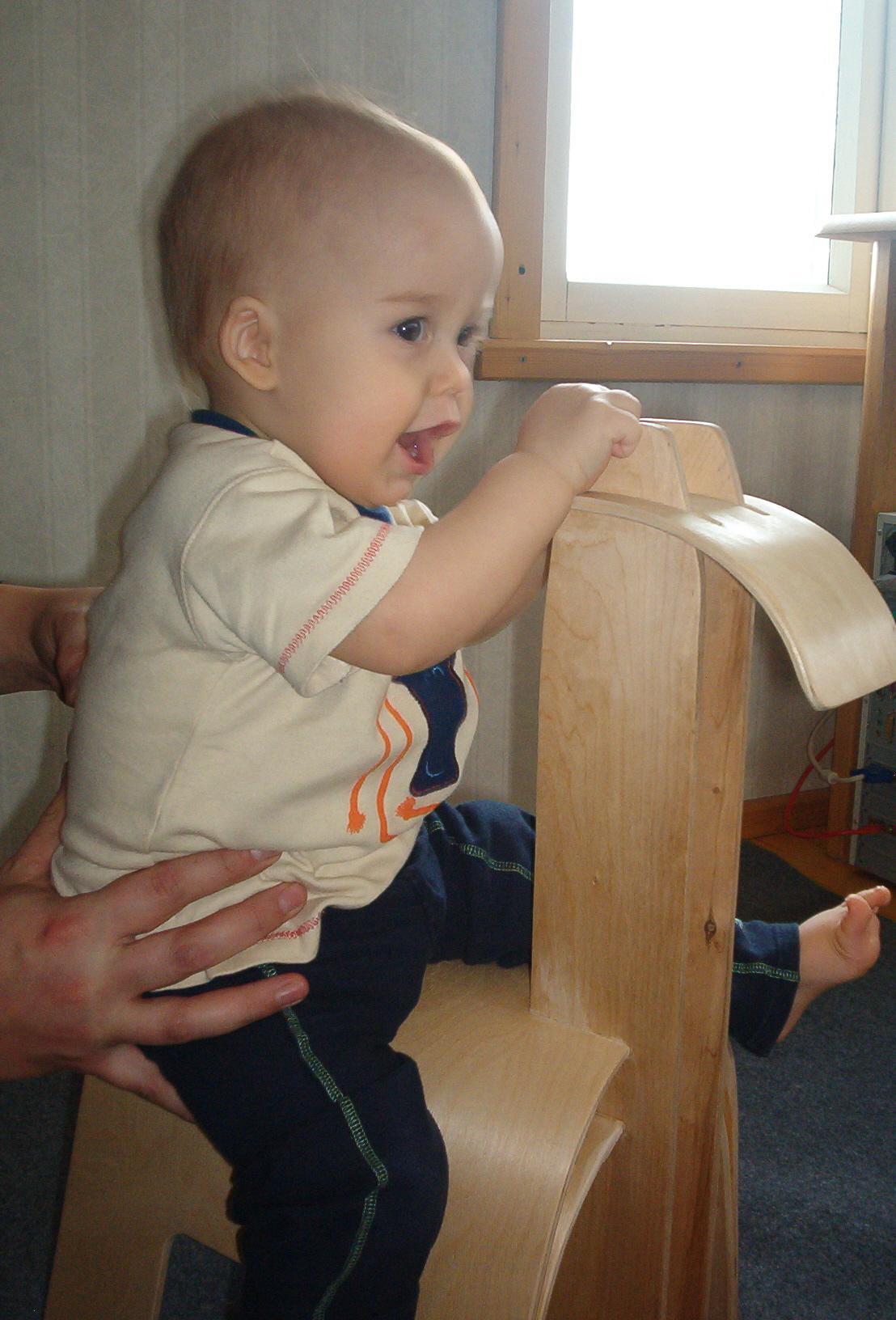 laps istub mänguhobusel